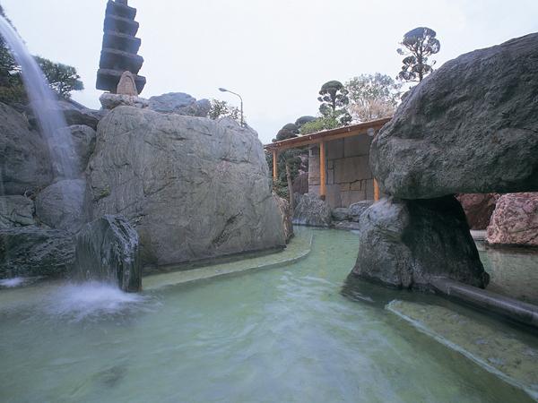 石和の6つの源泉が豊富に注がれる大露天風呂