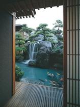 滝の水音が涼しげな庭園
