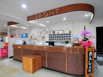 【フロント】当ホテルは沖永良部島の玄関口、和泊港から歩いて5分です。