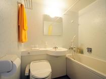 【ツインルーム】浴室のバスタブは広めで、トイレも温水シャワー洗浄機付便座です。