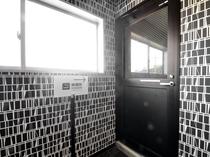 【コインランドリー・喫煙所】コインランドリーの奥は喫煙所の入り口となります。