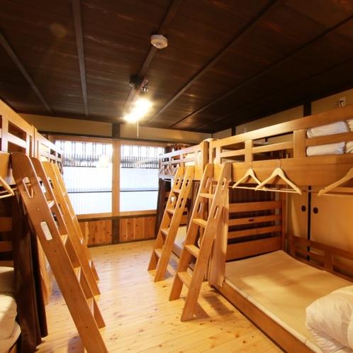 【相部屋】二段ベッドが4つ、合計8名様までの相部屋です。