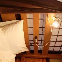 各ベッドにはコンセントと読書灯が付いています。