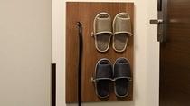 ◆客室スリッパ② ハンガーブースの壁にスリッパと靴ベラをご用意しております♪