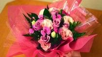 *アレンジ花は花束に比べてお持ち帰りし易く人気です。記念日プランにはデフォルトでついています。