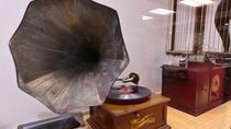 *100年前の蓄音機。創業206年の当館には、こういった古い品がいくつか現存しております。