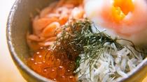 *【こだわりの朝ごはんミニ2色丼】しらすと桜海老の2色丼。女性の方でも食べやすいミニサイズでご提供