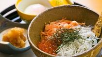 *【こだわりの朝ごはんミニ2色丼】しらすと桜海老の地物食材を使用しております!