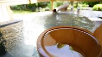 *露天付き客室の露天風呂には、水の蛇口も設置。ご妊婦様などは水を足してぬるめでお入り頂けます。