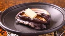 *踊り焼き用のアワビは独自仕入ルートで北海道より。焼くととても柔らかいです。