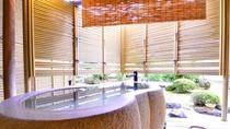 *露天付き客室では、天然温泉を独り占め。しかもここは熱海の中心部。贅沢な至福の時間をお過ごしください