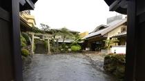*シンボルの武田屋形門をくぐると、右手にフロント(本館)、左手に天満宮と新館があります。