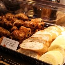 和洋ビュッフェ朝食(発酵バターで仕上げたコクが売りの焼きたてパン)
