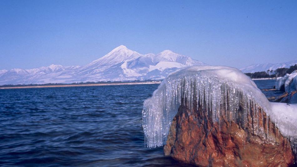 冬の猪苗代湖と磐梯山 しぶき氷