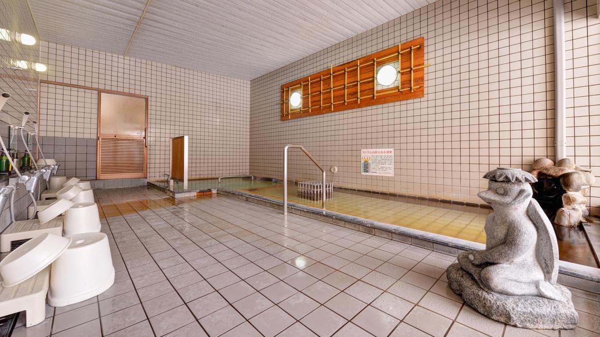 *男性用大浴場/広々とした洗い場で、日頃のお疲れをすっきり洗い流して下さい。