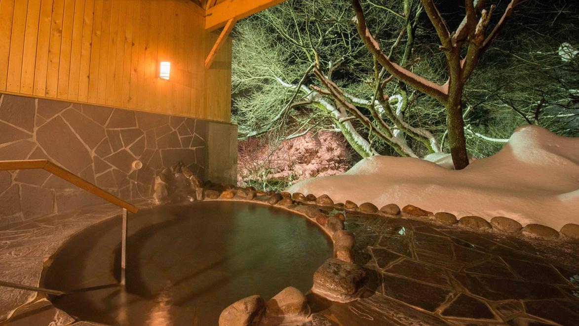 *貸切露天風呂/夜はライトアップされたお庭が幻想的な雰囲気。
