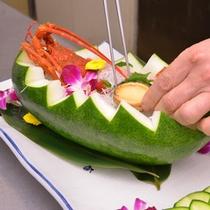*お料理一例/野菜や果物を掘って作った器に、美しく食材を並べていきます。