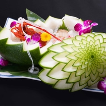 *お料理一例/冬瓜を使った美しい器は、料理長の飾り切り。中には伊勢海老のお造り。