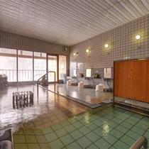 *男性用大浴場/内湯は単純温泉のお湯と、ミネラルを含む天然のラジウム鉱石を使用。