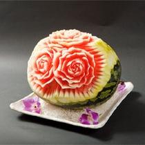 *玄武風柳亭名物!料理長の飾り切り/西瓜がまるで美しいアート作品のように輝いています。
