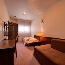*◇本館◇洋室ファミリールーム/館内は洋風のシンプルな造りで、気軽な滞在に最適です。