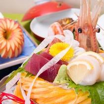 *お料理一例/料理長が厳選した食材を使った、華やかな会席料理を堪能!