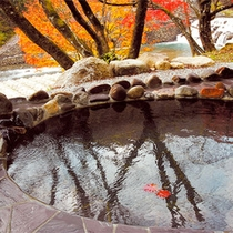 *貸切露天風呂/秋は湯に浸かりながら、美しい紅葉をご覧いただけます。