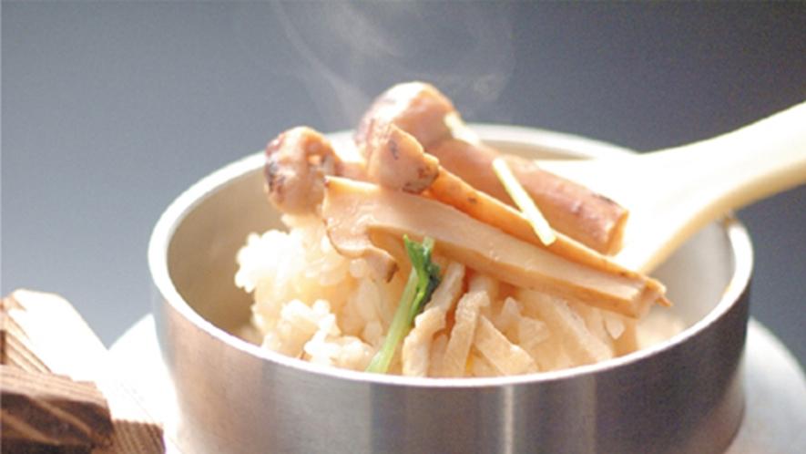 *お料理一例/秋はキノコや山菜を使った釜飯が美味。※献立は仕入れ状況により異なります。