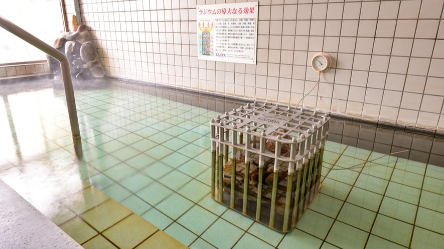 *女性用大浴場/内湯は天然のラジウム鉱石を使用した、刺激が少なく体に優しいお湯です。