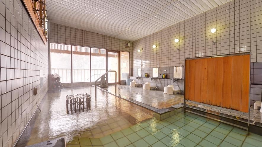 *男性用大浴場/内湯は天然のラジウム鉱石を使用した、刺激が少なく体に優しいお湯です。