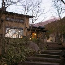 本館への階段