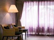 カーテン越しの窓側