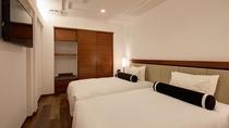 【デラックスルーム/禁煙】 独立型のベッドルーム。優しい照明が快適な眠りを誘います。