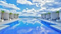 【インフィニティプール/2階】 美ら海が目の前に広がるインフィニティプールスタイル 4月~10月営業