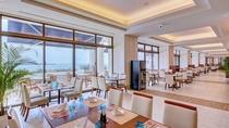 【やんばるビストロ ルアナ/2階】 テラスからの景色を楽しみながら、 特別な沖縄に舌鼓を打つ。