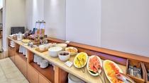 【朝食ビュッフェイメージ】 シェフこだわりのお料理が多彩に並ぶ。 2階/やんばるビストロ ルアナ