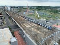 高層階ツインルームからの電車風景