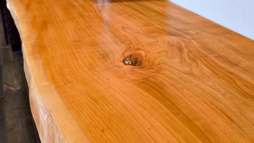 **【部屋】それぞれのお部屋の名前にちなんだ木材を使用したカウンター