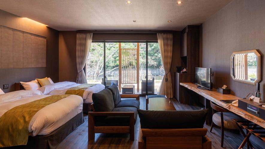 **【かえで(客室 一例)】庭園側に大きな窓を設え、和室からも緑の森がお愉しみいただけます。