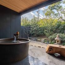 *【かえで(露天風呂 一例)】化粧水のような、とろとろの天然温泉をひとりじめ