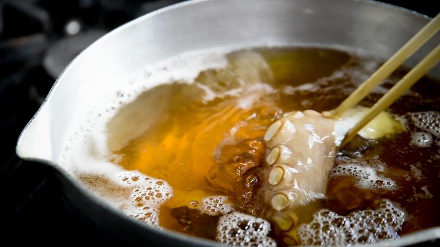 **【調理風景】素朴な味の中にも深みを感じる。奇をてらわず、確かな味を。