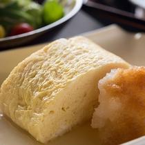 *【朝食(卵焼き)】ふかふかの卵焼きは、温かいうちにお召し上がりいただきたい一品