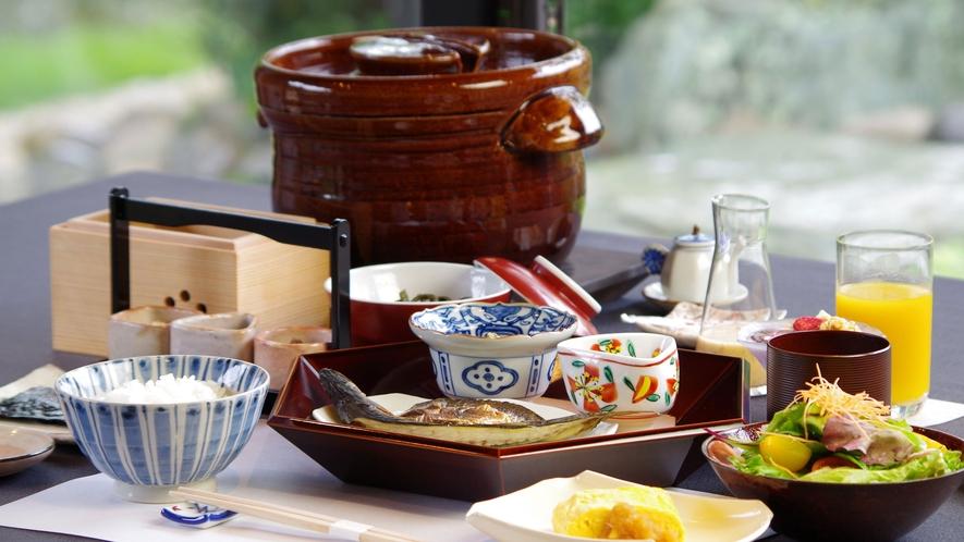 **【ご朝食(一例)】朝日とともにいただく和朝食