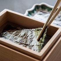*【朝食(海苔焼き)】木箱の中で一枚づつ海苔が焼けます