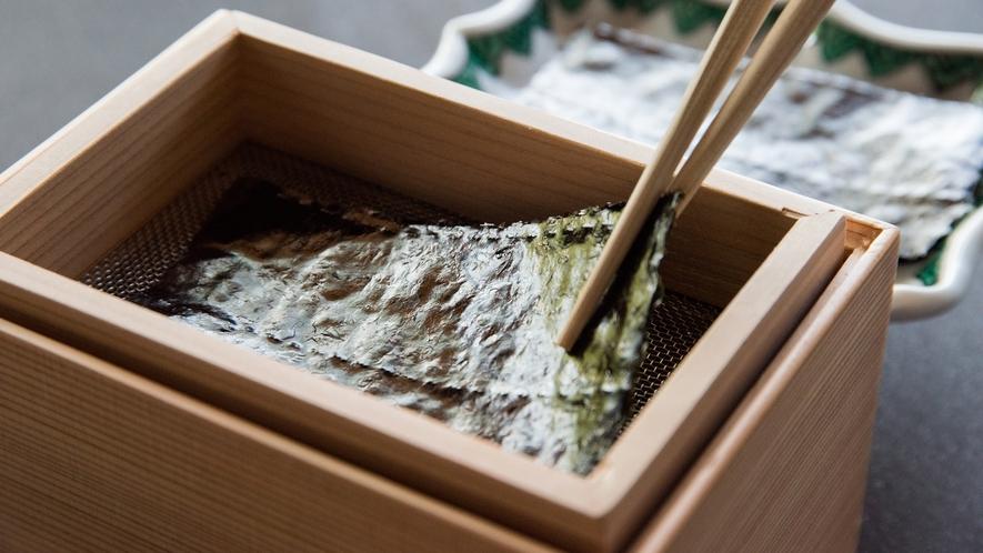 **【朝食(海苔焼き)】木箱の中で一枚づつ海苔が焼けます