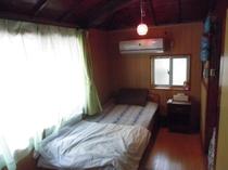 シングルベットの裏部屋(TV・冷暖房設備完備)