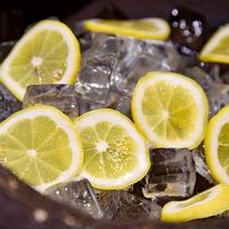 *地下1階滝見の湯 湯上り処/滝見の湯前には、レモンや梅干、お茶のご用意をしております
