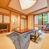 *露天風呂付客室(花水木)8畳+6畳+板の間付き。露天風呂は源泉かけ流し100%