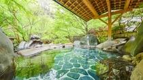 *男女別の露天風呂は山の木々が目の前。灯篭や湯口の竹筒が、なんとも和の風情が漂います。