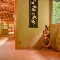 *館内の至る所に木材を使用しており、木の温もりに包まれた、贅沢な時間をお過ごし頂けます。